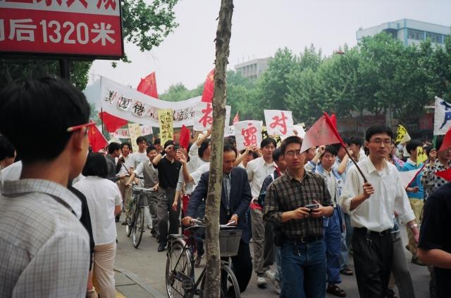 Anitamerički protesti u Nankingu (Nanđing), 1999 (Foto: Wikipedia)