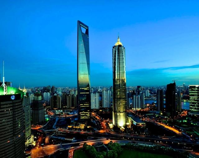 Svetski finansijski centar u Šangaju (sredina levo)