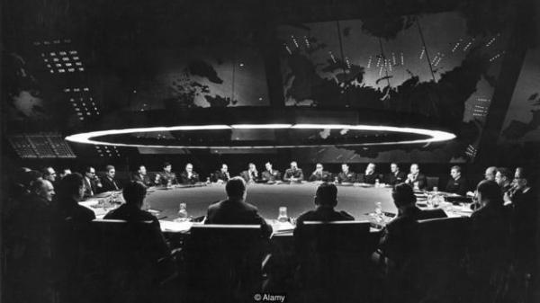 """""""Odiseja"""" je u mnogo čemu nalik političkoj satiri """"Doktor Strejndžlav"""", između ostalog i po prostorijama krcatim sredovečnim muškarcima u tamnim odelima (Foto: Alamy)"""