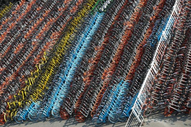 06. Zaplenjeni bicikli svih mogućih marki naslagano na parkingu kompanije za poslovanje oblasnim vozilima u Huangpuu, Šangaj (28. februara 2017.)