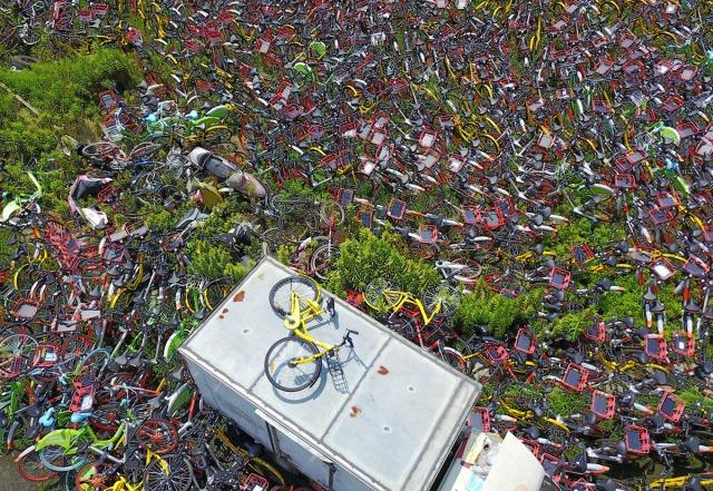 """07. Hiljade nelegalno parkiranih šering-bicikala privremeno je """"sahranjeno"""" na sportskom terenu u Hefeju, provincija Anhui (17. avg 2017, TPG/ Getty)"""