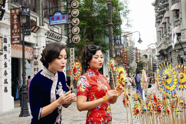 Devojke odevene u čongsam (kipao)