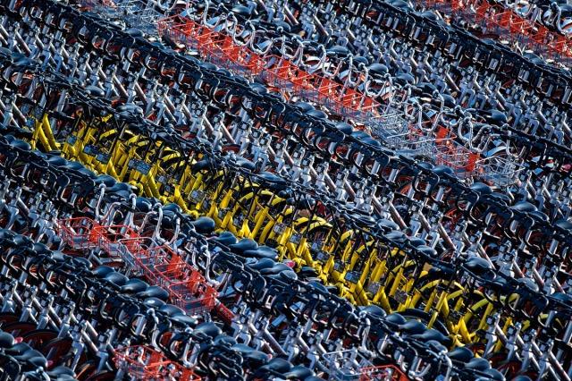 23. Ova slika snimljena 1. marta 2017. godine pokazuje zaplenjene i prikupljene napuštene bicikla iz servisa Mobike i Ofo u Šangaju (Johannes Eisele/ AFP/ Getty)
