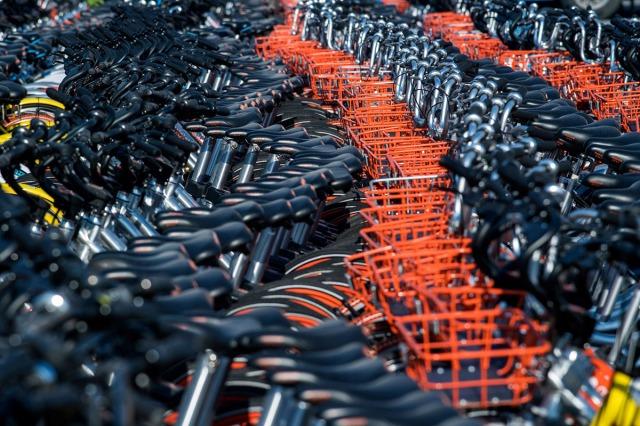 25. Zaplenjeni bicikli servisa Mobike i Ofo u Šangaju (1. mart 2017, Johannes Eisele/ AFP/ Getty)