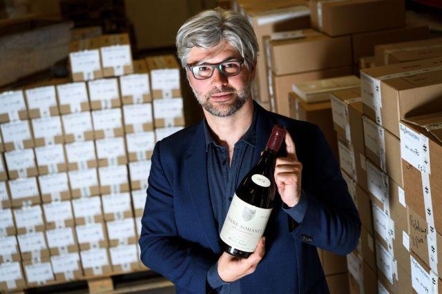 Michael Ganne, izvršni direktor aukcijske kuće Baghera Vines drži magnum buteljku vina Vosne-Romanee 1r cru Cros Parantoux, vina iz pozne berbe poznatog vinara Anrija Žajea. Foto: Fabrice Coffrini/AFP