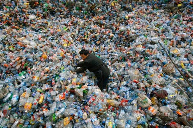 Radnik sortira plastiku u kineskom centru za reciklažu. Foto: Jie Zhao/Corbis via Getty Images/ NPR