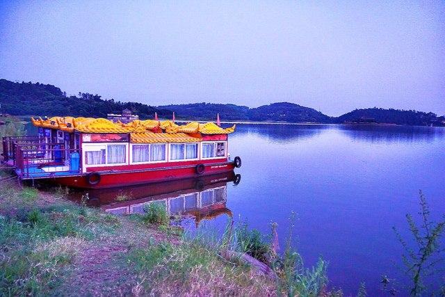 Krajolik jezera Guju u gradu Longčang, jugoistočno od provincije Sečuan početkom avgusta. [Foto bi You Zixiu / China Daily]