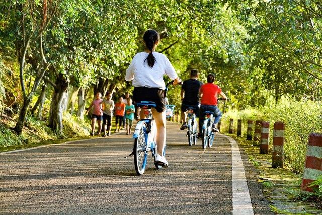 Vožnja biciklom obalama jezera Guju jezera u Longčang, jugoistočno od provincije Seuan, početkom ovog avgusta. [Photo bi You Zixiu/ China Daily]