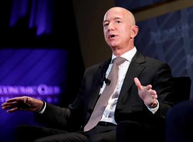 Jeff Bezos, predsednik i izvršni direktor Amazona i vlasnik lista Washington Post, govori na događaju