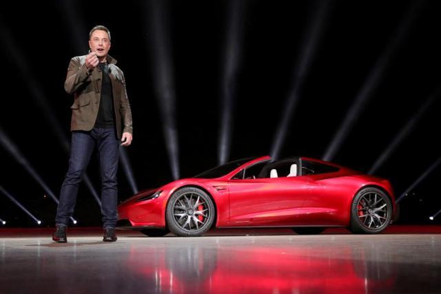Generalni direktor kompanije Tesla Elon Musk na prezentaciji modela Roadster 2 u Hotornu, Kalifornija, 16. novembra 2017. godine. [Fotografija / agencije]
