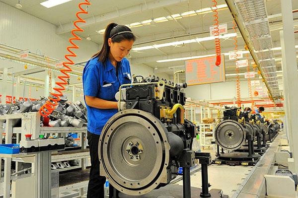 Radnici na sklapanju motora u fabrici u Vejfangu, provincija Šandong. [Foto: China Daily]