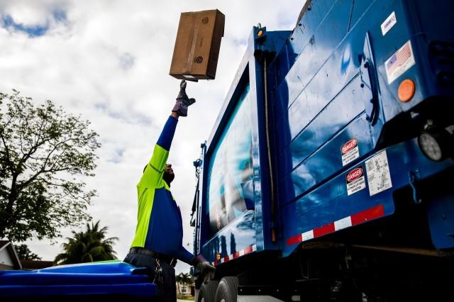 Eric Griffin na reciklažnoj ruti u Sarajzu, gde je gradonačelnik doveo u pitanje ozbiljnost kontaminacije redovnim otpadom (Sscott McIntire-NYT)