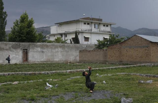 Dečak ispred kompleksa gde su pripadnici američke mornarice SEALs ubili vođu al-Kaide Osamu bin Ladena u Abotabadu, Pakistan, maj 2011, (AKHTAR SOMROO/ REUTERS)