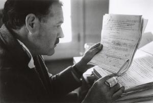 Ernest Hemingvej uronjen u beleške