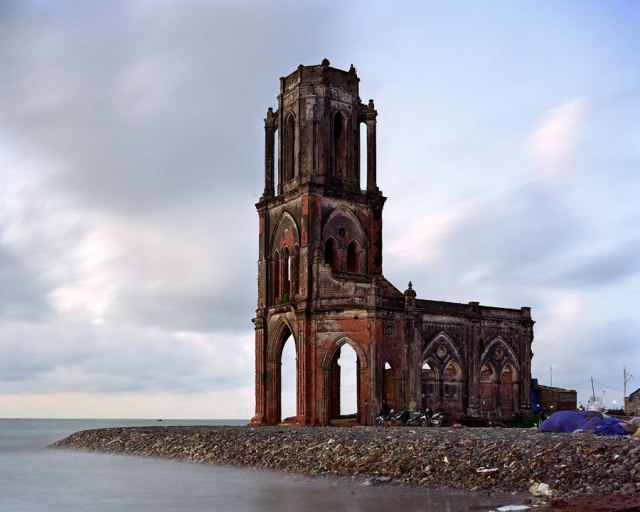 """Crkva Svetog srca u Vijetnamu, iz serije """"Ostaci carstva"""""""