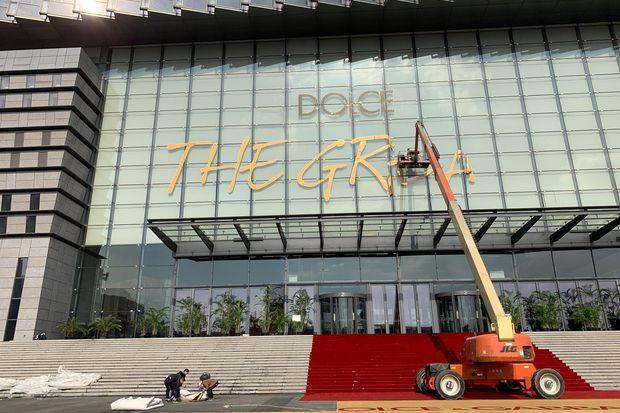 Radnici uklanjaju reklamu za šangajsku DG reviju Kang Yuzhan/CNS via REUTERS/ Bangkok Post